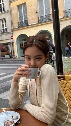 Jennie shared by 𝓒𝓸𝓼𝓶𝓸⁷ 🌙 on We Heart It Blackpink Fashion, Korean Fashion, Fashion Outfits, Kim Jennie, Moda Vintage, Kim Jisoo, Black Pink Kpop, Blackpink Photos, Photo Poses
