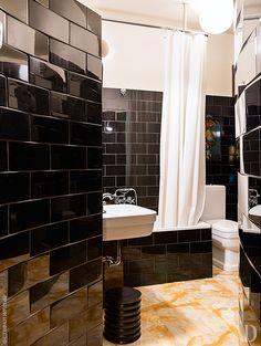 Пол ванной выложен мрамором. Сантехника, Simas.