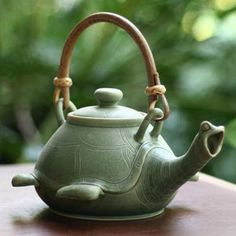 Turtle Teapot by Balinese artist Putu Oka Mahendra / Teiera a tartaruga dell'artista balinese Putu Oka Mahendra Turtle Love, Green Turtle, Happy Turtle, Teapots And Cups, Chocolate Pots, Ceramic Pottery, Ceramic Teapots, Ceramic Birds, Pottery Art