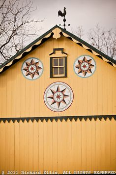 Traditional Amish barn with hex sign Mascot, PA