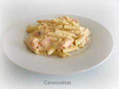 Sirve unos macarrones libres de nata, sustituyéndola por queso con sabor salmón, rápidos con thermomix, todo el proceso en uno.