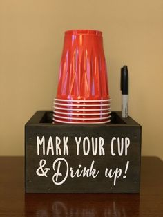Solo cup holder / Cup and marker holder/ Graduation cups/ Party cup holder / Cup Caddy/ Mark Your Cup – DIY Event Diy Craft Projects, Wood Projects, Fun Crafts, Diy Crafts With Wood, Outdoor Projects, Creative Crafts, Halloween House, Halloween Party, Deco Restaurant