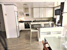 Nos encanta como los antiguos inquilinos de este dúplex reformarón esta cocina y la dejarón con un estilo tan moderno y funcional.  Más info: http://bit.ly/duplex-venta-plusvila-98912