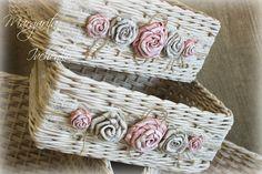 dísz Новости Cane Baskets, Baskets On Wall, Wicker Baskets, Cardboard Box Crafts, Paper Crafts, Flower Girl Basket, Flower Pots, Paper Basket Weaving, Tie Dye Crafts