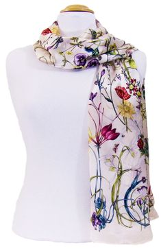 Foulard en soie beige rosé fleurettes. Choisissez votre foulard en soie + de 300 modèles sur mesecharpes.com. Port gratuit et paquet cadeau offert