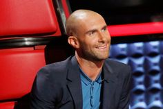 The latest Adam Levine haircut styles are featured in this article. Cool Adam Levine hairstyles that the celebrity adopted throughout his career. Messy Bob Hairstyles, Celebrity Hairstyles, Hairstyles Haircuts, Adam Levine Haircut, Adam Levine Style, Bald Look, Beautiful Men, The Voice, Curly Hair Styles