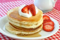 This fluffy, easy pancake recipe shows that homemade pancake mix is simple to make. This basic pancake batter recipe is easy and delicious. Best Easy Pancake Recipe, Pancake Recipe Ingredients, Pancake Recipes, Light And Fluffy Pancakes, Buttermilk Pancakes Fluffy, Blueberry Pancakes, Sugar Free Pancakes, Pancakes Easy, Gluten Free Cakes