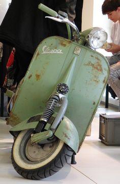 Vespa Bike, Lambretta Scooter, Vespa Scooters, Vespa Motorcycle, Foto Vespa, Classic Vespa, Scooter Custom, Motor Scooters, Scooter Girl