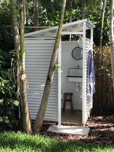 Custom made outdoor bathroom 28 Outdoor Shower Ideas with Maximum Summer Vibes homedesignideas outdoorshower patio patioideas summerdiy cottageliving outdoorshower mydiy Outdoor Showers DIY Bathroom 780882022868748260