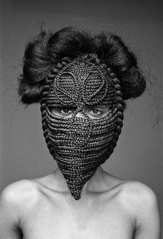 Com máscaras de tranças, fotógrafa cria ensaio que mistura escultura, design e moda