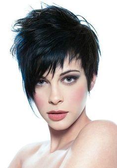 La beauté de cette coupe de cheveux réside dans la frange qui descend sur le front de cette femme aux cheveux courts et noirs. Le coiffeur l'a coupée en diagonale, effilant les pointes, et l'a fait descendre à hauteur de la bouche.