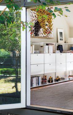I mobili dicono di più di una semplice soluzione per depositarvi oggetti. Sono in grado di reinventare lo spazio e di dargli forma e vita. USM Haller supera senza sforzi i confini dei vari stili, delle epoche e della forma nello spazio. Lo scaffale USM conferisce al vostro arredamento una bellezza...