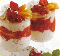 Coppa di gelato al torrone con frutta.