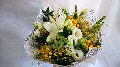 buque de flores, lirios brancos com toque em amarelo