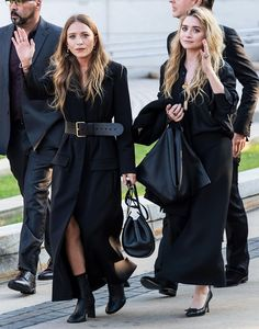 If Mary-Kate and Ashley Olsen are your forever fashion muses, shop this capsule wardrobe of pieces they always wear. Ashley Mary Kate Olsen, Ashley Olsen Style, Olsen Twins Style, Ashley Olsen Hair, Elizabeth Olsen, Looks Street Style, Looks Style, Look Fashion, Womens Fashion