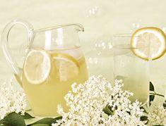 Für den Holunderblütensirup die Holunderblüten sorgfältig waschen. Das Wasser mit dem Zucker aufkochen und etwas abkühlen lassen. Die