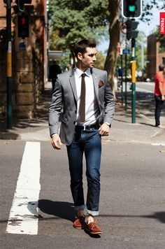 street style look for men. I like this look but not a fan of the rolled up jeans or the no sock look. Mode Masculine, Business Fashion, Boat Shoes Outfit, Man Outfit, Shirt Outfit, Summer Business Attire, Business Casual, Business Outfits, Look Fashion