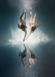 In his series 'Underwater', American photographer Ed Freeman captures nude people in water, creating a painterly paean to the nature of the human body. Under The Water, Figure Photography, Nude Photography, Fine Art Photography, Amazing Photography, Sandro Giordano, Ed Freeman, Bodies, Human Body