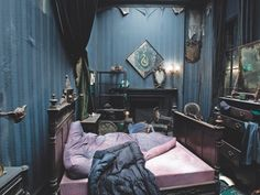 Harry potter room, harry potter hogwarts, harry potter world, harry Harry Potter Bedroom, Harry Potter Set, Harry Potter Decor, Harry Potter Characters, Harry Potter Universal, Harry Potter Hogwarts, Regulus Black, Sirius Black, Black Rooms