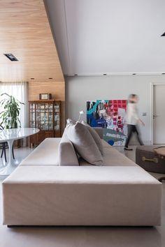 Sofá com assentos nos dois lados para sala de estar.