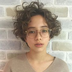 Short curly bob and glasses ふんわり無造作カールには、それに負. Curly Hair Cuts, Curly Bob Hairstyles, Short Curly Hair, Curly Hair Styles, Curly Pixie, Short Hairstyle, Bobs For Thin Hair, How To Curl Short Hair, Ombré Hair