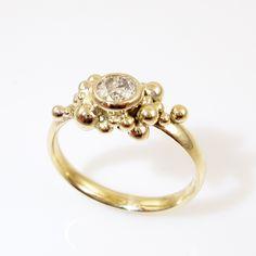 Galleri Castens - Boblende guldring med champagnefarvet diamant