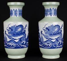 China 19./20 Jh. Vasen -Pair Chinese Blue & White & Celadon Vases…