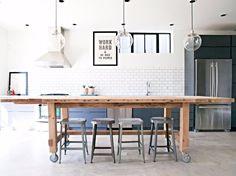 """472 curtidas, 4 comentários - Casa.com.br (@casacombr) no Instagram: """"Com rodinhas, a ampla mesa de jantar serve como bancada e ilha. De madeira rústica, a peça reforça…"""""""