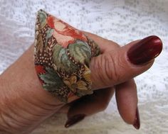 DIY thumb pin cushion.NOW THIS IS SOMETHING I NEED NOW