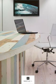 Een tafel van sloophout geeft een kantoor direct meer sfeer! #restylexl #sloophout #tafel #kantoortafel #tafels #houtentafel