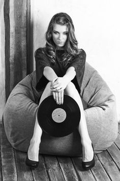 Girls with Vinyl Records Sound Of Music, Music Love, Music Is Life, My Music, Sound Art, Vinyl Storage, Vinyl Junkies, Record Players, Vinyl Music