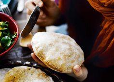 Pitaleipä: Paras pitaleipä syntyy durumvehnäjauhoilla, joilla saat leipään vahvan sitkon. 8 kpl 2 ½ dl vettä 25 g hiivaa 2 tl hunajaa 1 tl suolaa 2 dl durumvehnäjauhoja 3 dl …