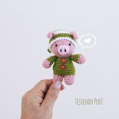 Chanchito (o cerdito!) bebé en pijamas esperando Navidad! Está tejido a crochet (amigurumi). Vídeo tutorial del paso a paso!