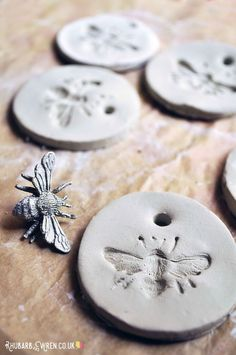 How to make air dry clay pendants - Rhubarb and Wren - How to make simple but bee-utiful bee pendants from air dry - Clay Crafts For Kids, Kids Clay, Air Dry Clay Ideas For Kids, Preschool Crafts, Diy Air Dry Clay, Air Drying Clay, Air Dry Clay Crafts, Stick Crafts, Felt Crafts