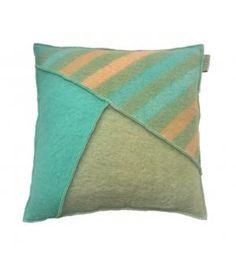 Kussen van retro wollen dekens | Pillow made of retro woolen blankets | handmade | pillow | retro | www.metdehand.nl