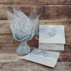 Μπομπονιέρα γάμου μαντήλι τζιν σιελ 45 x 45 δεμένο με λευκό κορδόνι και με μεταλλικό ασημί χρώμα δέντρο ζωής, με 7 κουφέτα κλασικά αμυγδάλου. Στο προσκλητήριο γίνεται οποιαδήποτε αλλαγή στο σχέδιο, στον συνδυασμό χρωμάτων φακέλου και προσκλητηρίου, όπως επίσης στην γραμματοσειρά και στο κείμενο. Η τιμή του προσκλητηρίου περιλαμβάνει το κόστος του χαρτιού και του Place Cards, Place Card Holders
