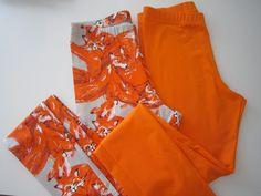 FoxLove kettuja tilausvaatteissa olisi tämän postauksen aiheena. Yläkuvassa pojan kesäpaita hihattomana. Koululaistytölle (ehkä ensi lukukaudelle?) vaatteita eli liehukehelmainen mekko ja legginsit. Mekon helma on siis tuollalailla vino ja sivuilta pidempi. Kulmat voi myös solmia ja se on ihan hauskannäköinen niinkin. Viimeisessä kuvassa aikuisten leggareita, Ketut ja oranssit yksiväriset.