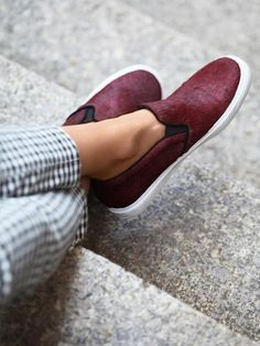 Trend alert slip on shoes! Get ready trendy girls for the new fashion trend this season; the slip on sneakers are very popular on the street styles. Trendy Shoes, Casual Shoes, Casual Outfits, Slip On Sneakers, Slip On Shoes, Sock Shoes, Shoe Boots, Look Fashion, Fashion Shoes