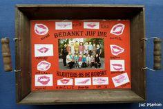 """Dienblad met daarin een gelamineerde """"placemat"""" met een foto en een kusje van alle kinderen van de klas."""