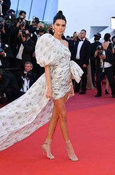 Red carpet dresses come in all shapes and sizes. Long, short, asymmetric or classic, from the floaty skirts to the tomboy smoking jackets, see the best looks seen on the red carpet at the Cannes Film Festival. Kendall Jenner Feet, Kendall Jenner Estilo, Kendall Jenner Outfits, Photo Cannes, Balmain, Kardashian, Valentino, Singer Fashion, Jenner Style