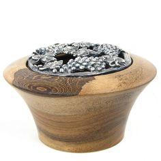 Pot-pourri couvercle fleur de vigne en bronze pot en bois de pays. Nature du bois de pays: Noyer
