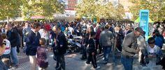 Desde hace muchos años todos los domingos se reunen cientos de personas en la plaza de Quintana en el mayor mercado de cambio y compraventa de cromos de Madrid