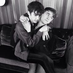 Both of those expressions are so lol. Connor's llike *dramatic pose*. Troye's like *God help me what am I doing here*.