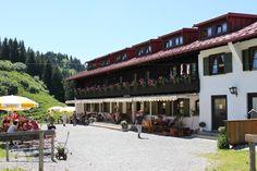 Der Berggasthof Falkenhütte bei Oberstaufen, in den Allgäuer Bergen ist das ideale Ziel, auf einer Wanderung einzukehren. Hier verwöhnt man Sie mit Allgäuer Schmankerln und das traumhafte Panorama gibt es gratis dazu!