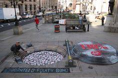 Un artiste anglais s'amuse à transformer le pavé des rues d'Europe pour susciter l'admiration des passants. A l'aide de ses craies de couleurs, il donne vie à ses dessins en 3D. Effet trompe-l'oeil assuré !