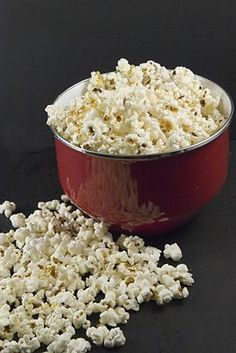 Hot-air popped popcorn is a low-calorie snack food. You can have a large serving for less than 100 calories. Sometimes, plain popcorn can be boring and tasteless. Several types of toppings are full of flavor and beneficial for your health. Healthy Popcorn, Popcorn Recipes, Healthy Snacks, Snack Recipes, Healthy Eating, Is Popcorn Low Carb, Healthy Recipes, Smart Snacks, Detox Recipes