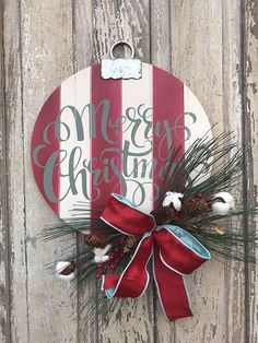 12 DIY Christmas Decorations with DIY Christmas Decorations with Nature: Santa Wreath - Diy Crafts You & Home Design Merry Christmas Sign, Rustic Christmas, Christmas Wreaths, Christmas Crafts, Christmas Ornaments, Christmas Tree, Christmas Projects, Holiday Crafts, Diy Natal