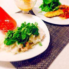 海老ワンタンをスイートチリで食べたょ〜 生春巻きみたいで美味しかった(^○^) パクチーの代わりにお安い三つ葉にしました 鱈フライのトマトソースは前日に食べたパスタソースをリメイクしました‼︎ - 99件のもぐもぐ - 今日の晩御飯/生春巻き風海老ワンタン&鱈フライのトマトソースがけ&レンチン新玉ねぎのバターポン酢 by foolspark