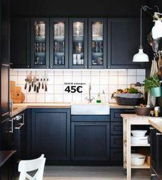 Page 37 du catalogue Cuisine Ikea Metod : une cuisine de charme qui aime la modernité. A 539 euros pour l'implantation type, on retrouve la cuisine LAXARBY. Portes et faces de tiroirs, plaquées bouleau et bouleau massif teinté, vernis et verre trempé. Plan de travail KARLBY à 79 euros en plaqué chène huilé et mélangeur EDSVIK en laiton chromé.