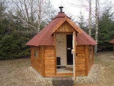 Sauna z przedsionkiem. Podkładanie drewna do pieca od strony przedsionka.